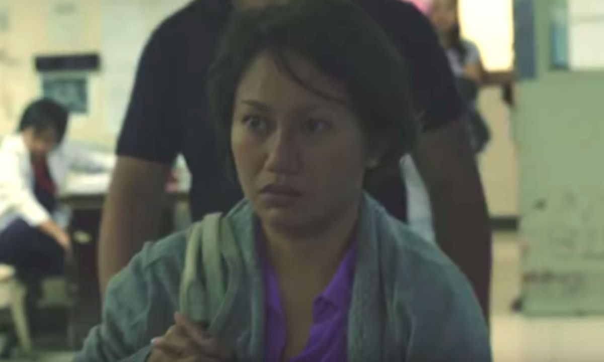 In the the film 'Bagahe,' Mercy (played by Angeli Bayani) is accused of dumping her newborn baby in a trash bin during a flight home to the Philippines. Photo: YouTube