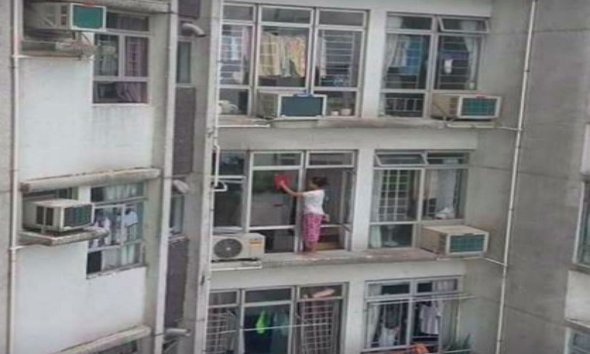 The maid on a ledge 20 floors up in Kornhill Garden in Quarry Bay on Hong Kong Island. Photo: 樂活鰂魚涌/@Facebook