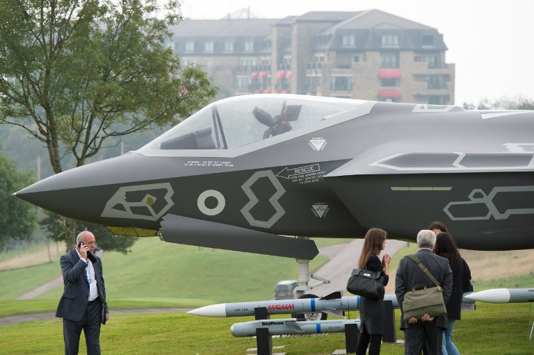 A Lockheed Martin F-35 Lightning II and the attached weapon system are exhibited on the golf course of the hotel Celtic Manor in Newport, Wales. Photo: dpa via AFP / Maurizio Gambarini