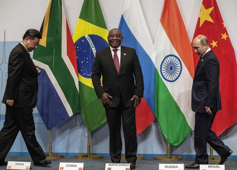2018年7月26日在約翰內斯堡舉行的第10屆金磚國家峰會期間,中國國家主席習近平、南非總統馬福薩(Cyril Ramaphosa)和俄羅斯總統普京(Vladimir Putin)上台合照。相片:AFP / Gianluigi Guercia