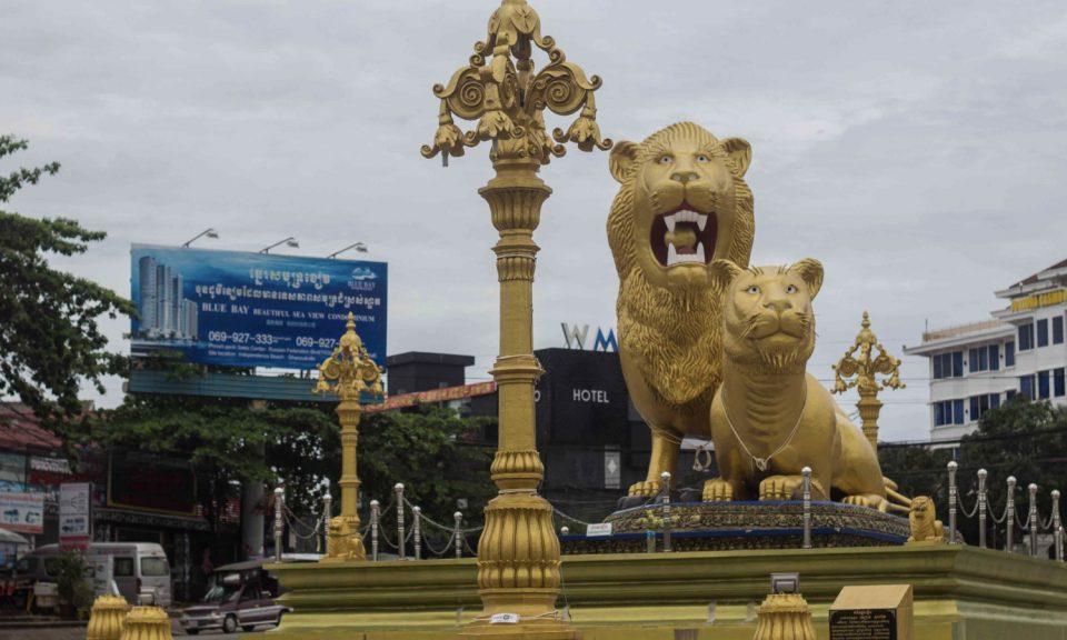 坐落於柬埔寨西哈努克城賭場中心地帶的中國式雕像。相片:Facebook