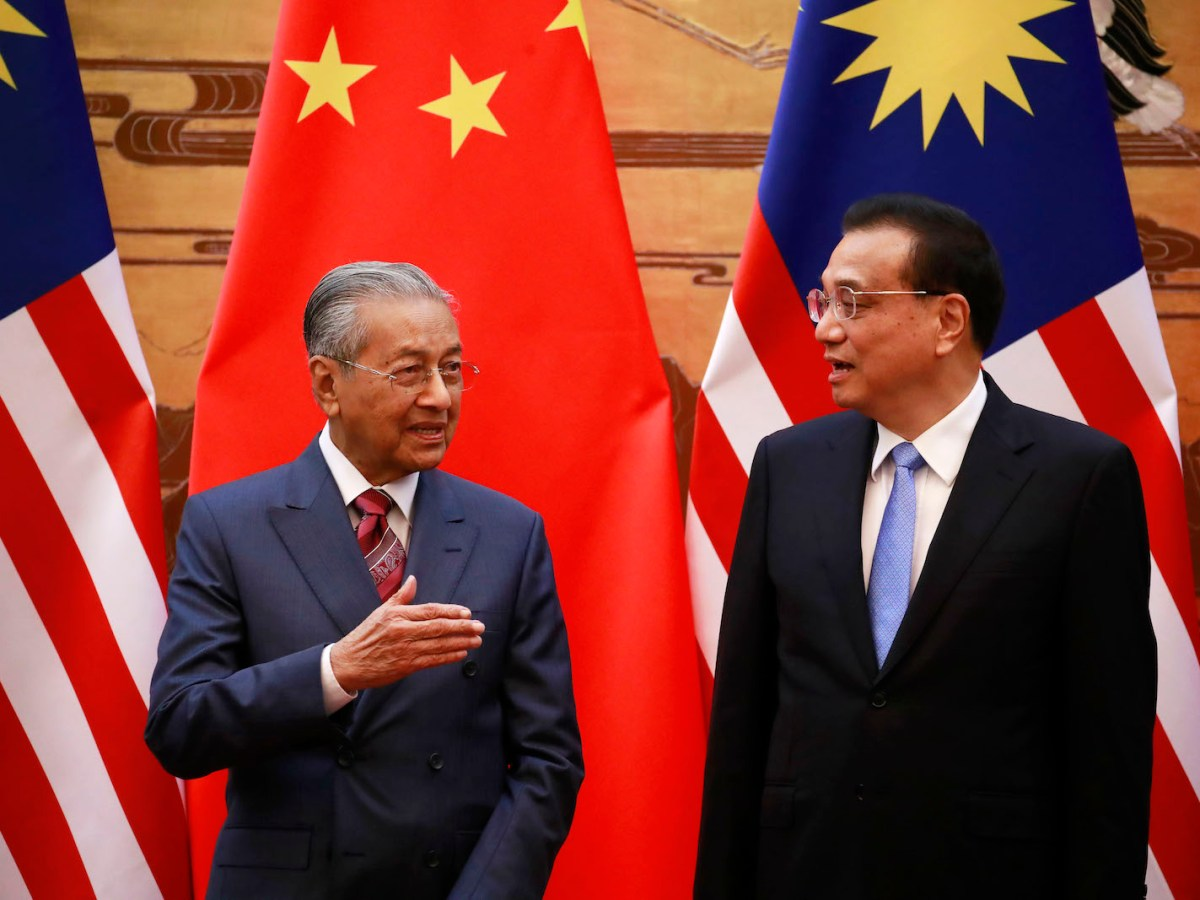 Malaysian Prime Minister Mahathir Mohamed (left) and Chinese Premier Li Keqiang talk during a signing ceremony at the Great Hall of the People in Beijing on August 20, 2018.Photo: AFP / POOL / How Hwee Young