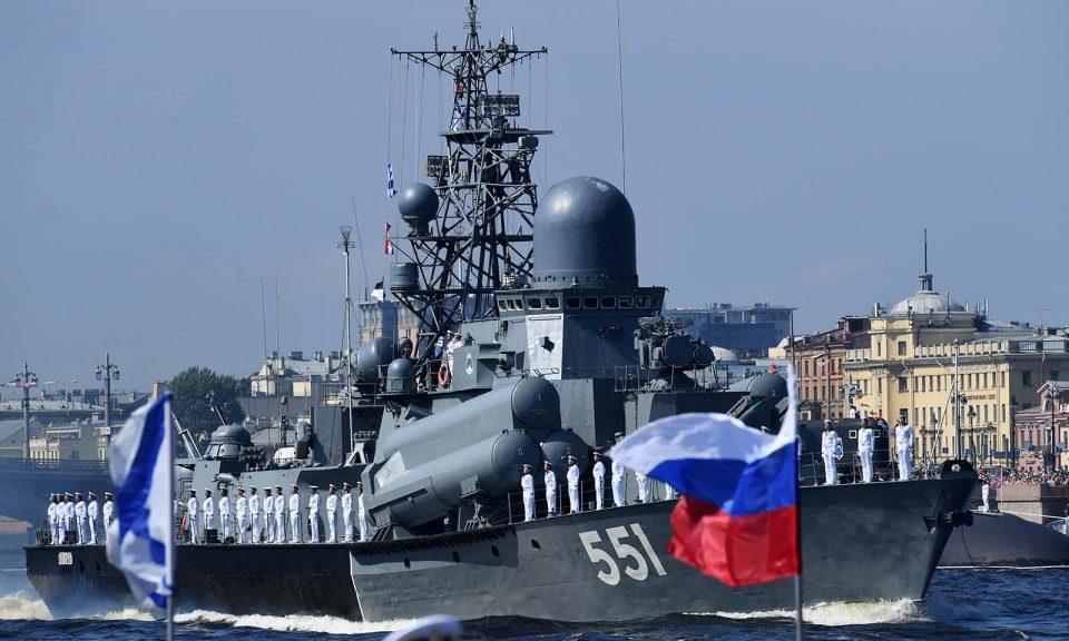 2018年7月29日,俄羅斯軍艦在聖彼得堡海軍日進行海上閱兵期間在涅瓦河(Neva River)上航行。相片:AFP / Kirill Kudryavtsev