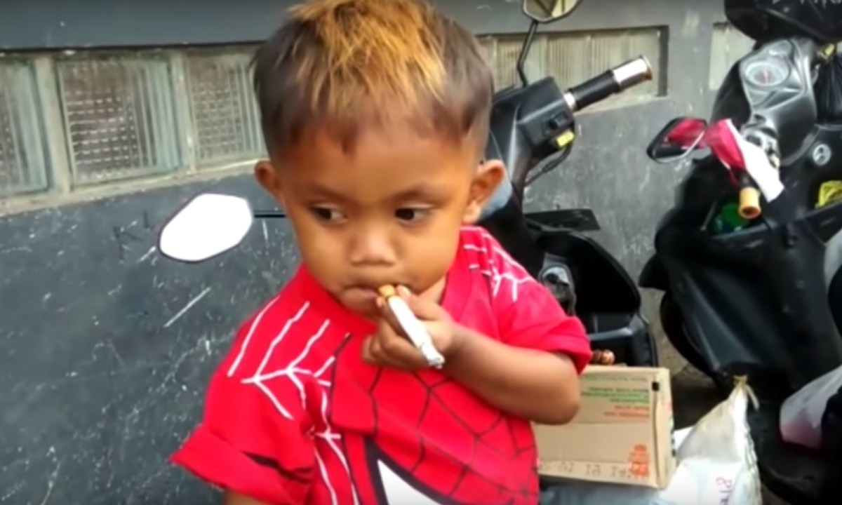 2-year-old Rapi loves having coffee with his cigarettes. Captured from Youtube; Video by Viral Press.