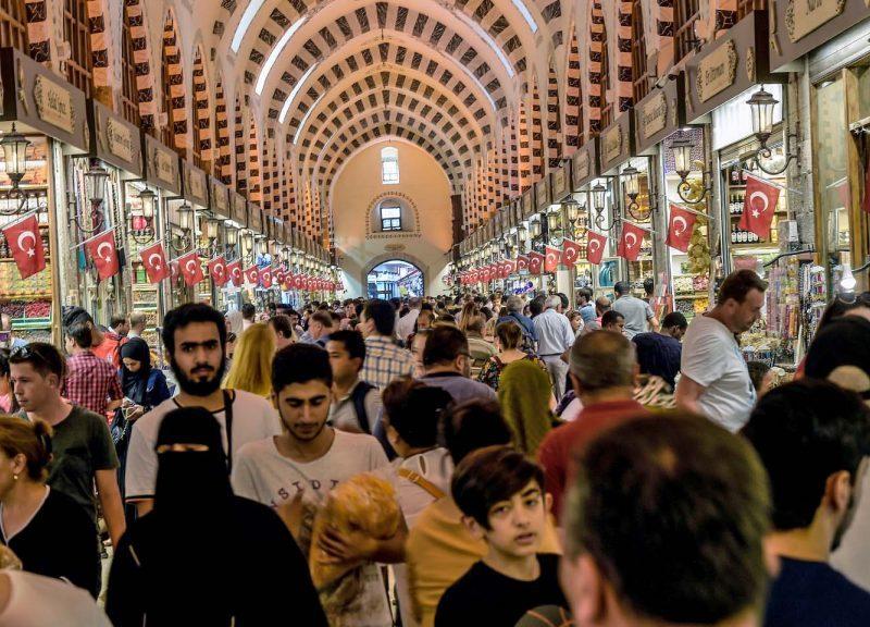 購物者穿過伊斯坦堡蘇丹艾哈邁德(Sultanahmet)中心歷史悠久的市集。相片:AFP / Yasin Akgul