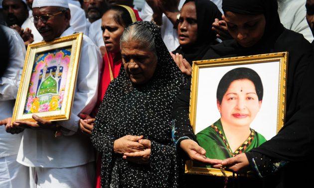 資料圖片:前坦米爾納德邦首席部長賈雅拉莉妲的在她接受治療時祈禱。相片:AFP / Arun Sankar