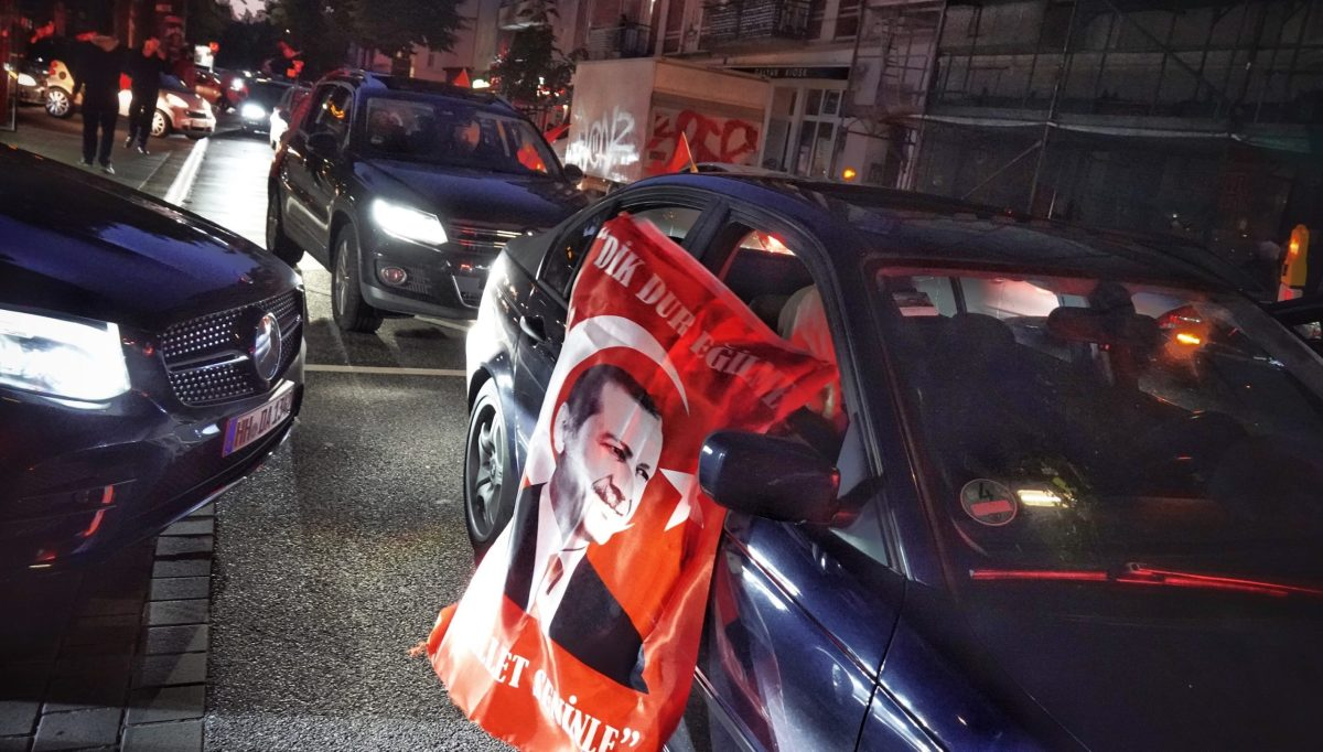 Supporters of Turkish president Erdogan driving through Hamburg, Germany after his victory in the latest presidential elections. Kay Nietfeld/dpa