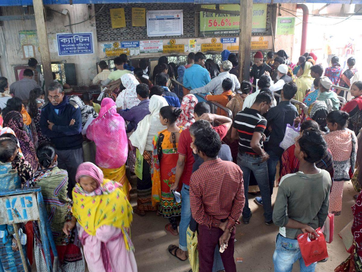 Patients queue up outside a hospital in Kolkata. Photo: AFP / NurPhoto