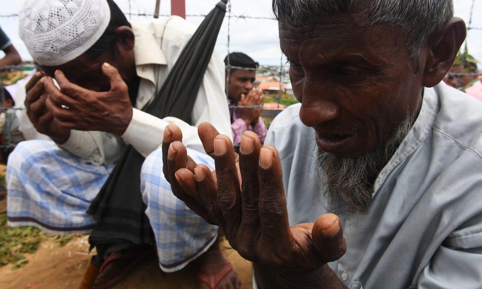 2018年8月25日,羅興亞難民在參加一個紀念軍事鎮壓一周年的儀式時禱告,當時的軍事鎮壓促使在尤奇亞庫圖帕龍難民營的大量難民從緬甸逃往孟加拉。相片:AFP / Dibyangshu Sarkar