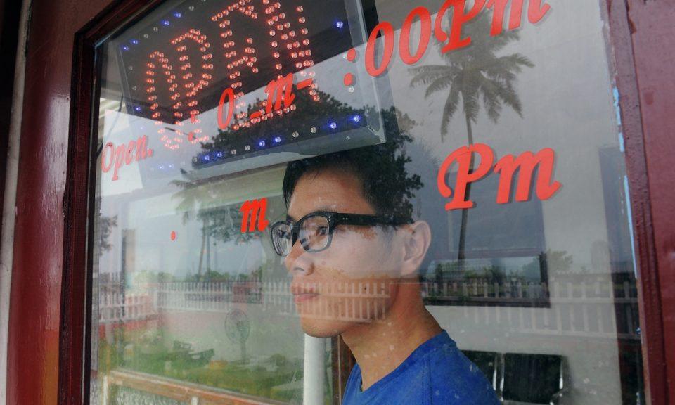 2012年3月28日,在湯加首都瑙魯一間中國餐館的老闆。相片:AFP / Torsten Blackwood