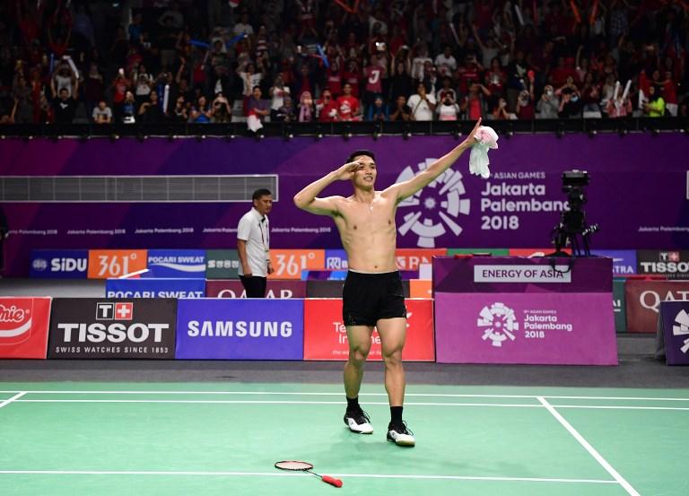 Jonatan Christie dari Indonesia mendapatkan medali emas dalam pertandingan bulu tangkis putra pada Asian Games tahun ini di Jakarta dalam bulan Agustus 2018. 'Jojo', sebagaimana dia dikenal, kalah di putaran kedua dalam Kejuaraan Bulu Tangkis Tiongkok Terbuka kemarin. Foto: AFP