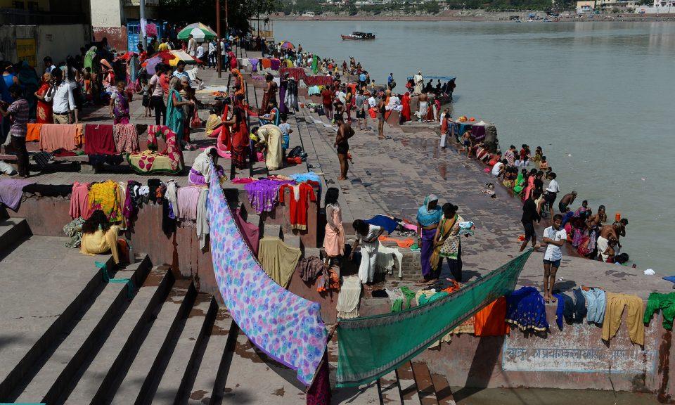 今年6月,信眾在印度北部聖城瑞詩凱詩(Rishikesh)的恒河岸浸過聖水後將衣服弄乾。相片:AFP / Sajjad Hussain