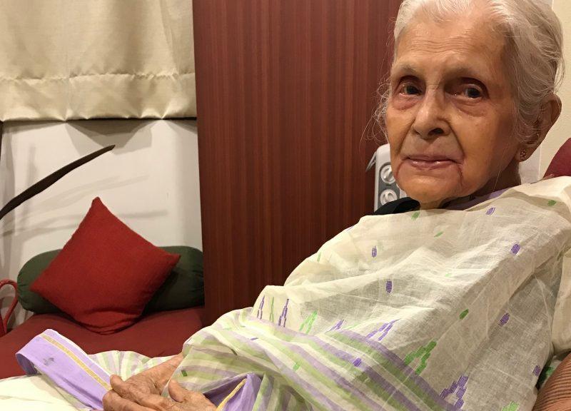 89歲的Latika Chakravarty用舊布料製成漂亮的手袋,在網上轟動一時。相片:Supplied