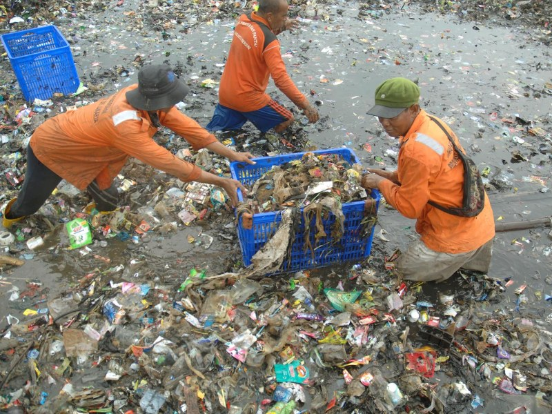 Workers clean up garbage from the Jakarta Bay area in March 2018. Indonesia held another big cleanup in August to publicize the problem and the need to curb the massive use of plastic bags. Photo: AFP/ Dasril Roszandi / NurPhoto