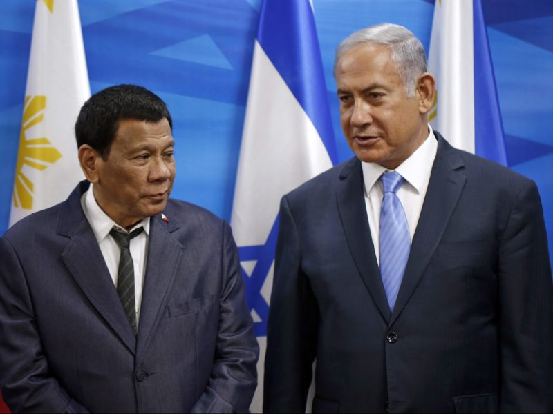Israeli Prime Minister Benjamin Netanyahu (R) stands next to the president of the  Philippines Rodrigo Duterte (L) during their meeting in Jerusalem September 3, 2018. Photo: AFP/Ronen Zvulun