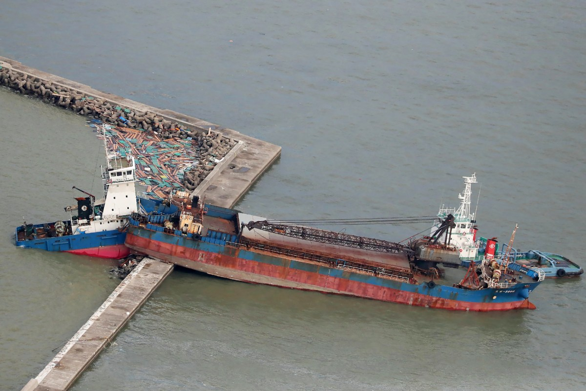 A ship that collided with a breakwater due to strong winds caused by typhoon Jebi in Nishinomiya city, Hyogo prefecture is seen on September 5, 2018.Photo: AFP / Jiji Press