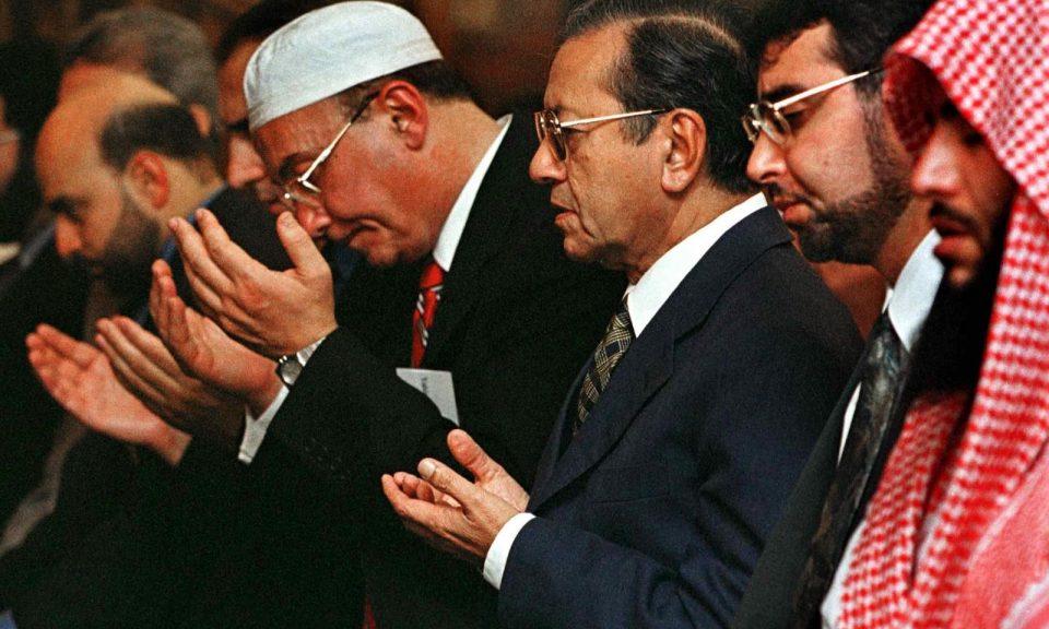 資料圖片:馬來西亞總理馬哈蒂爾(右三)參加晚禱。相片:AFP / John Zich