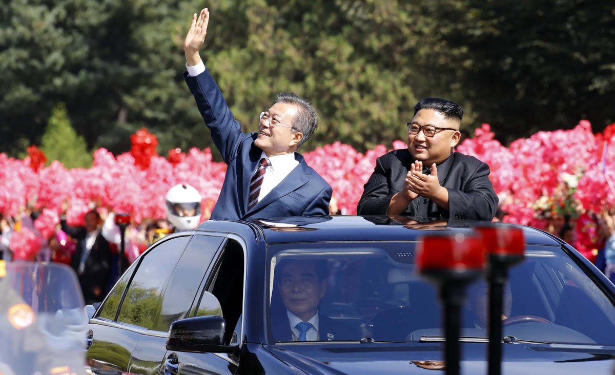 North Korean leader Kim Jong Un (R) and South Korean President Moon Jae-in wave as they drive through Pyongyang on September 18, 2018. Photo: AFP
