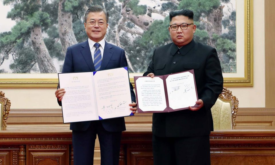 南韓總統和文在寅(左)和北韓領袖金正恩於2018年9月19日在平壤百花園迎賓館 舉行的首腦會議上簽署共同宣言後合照。相片:AFP / Pyeongyang Press Corps