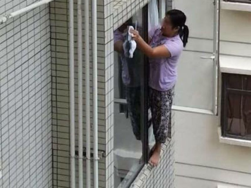 The woman cleaning the fourth-story window. Photo: Facebook/Time News International