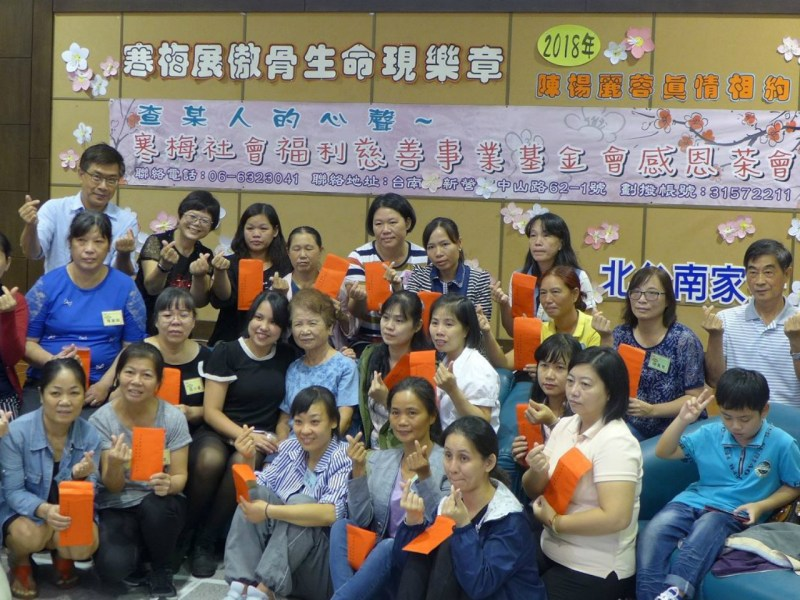 Chen (center) poses with financial aid recipients and their families. Photo: Facebook/BeiTaiNanJiaFu