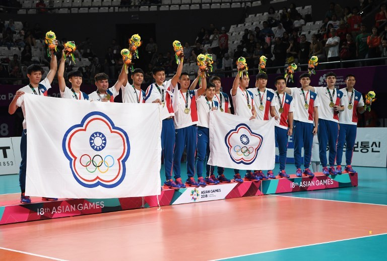 Bronze medallists Taiwan's men's volleyball team celebrate during medals award celebration at the 2018 Asian Games in Jakarta on September 1, 2018. Photo: AFP / Sonny Tumbelaka