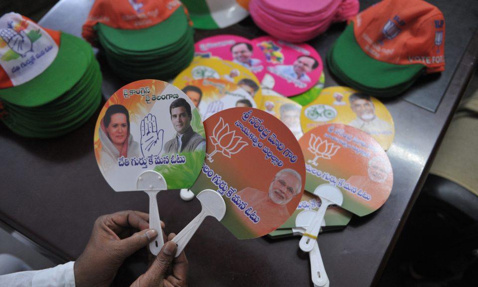 2018年10月4日,在即將於海得拉巴(Hyderabad)舉行的泰倫加納邦地方議會選舉之前,一名男子展示出印度人民黨(BJP)和國大黨的競選宣傳材料。相片:AFP / Noah Seelam