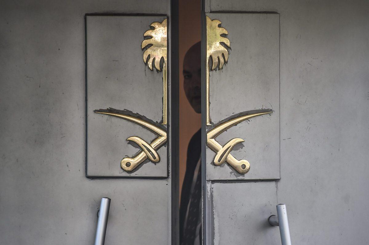 مسؤول سعودي ينظر عبر باب قنصلية المملكة العربية السعودية في اسطنبول  8 أكتوبر تشرين الأول 2018  خلال مظاهرة للصحفي جمال خاشقجي. (أوزان كوس - أ ف ب )