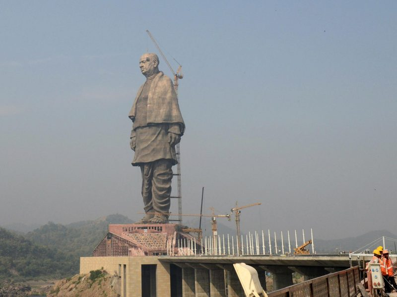 Workers give the finishing touches to the world's tallest statue dedicated to Indian independence leader Sardar Vallabhbhai Patel, overlooking the Sardar Sarovar Dam near Vadodara in western India's Gujarat state on October 18, 2018. Photo: AFP /  Sam Panthaky