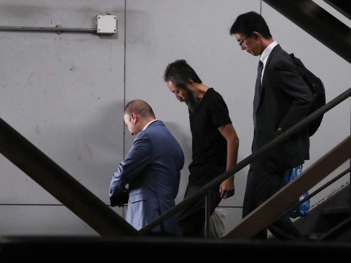 يصل الصحفي الحر الياباني جومبي ياسودا (وسط) الذي اختطف في سوريا منذ ثلاثة أعوام إلى مطار ناريتا باليابان من اسطنبول في 25 أكتوبر 2018. وصف الصحفي فترة احتجازه الطويلة بالجحيم. Behrouz MEHRI / AFP