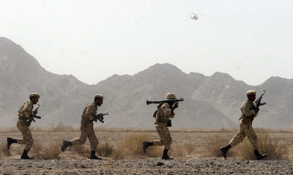 2006年8月19日,伊朗士兵參與了位於巴基斯坦邊境附近黑丹市(Zahedan) 以東約50公里的錫斯坦 - 俾路支斯坦省的軍事演習。相片:AFP / FARSNEWS / STR