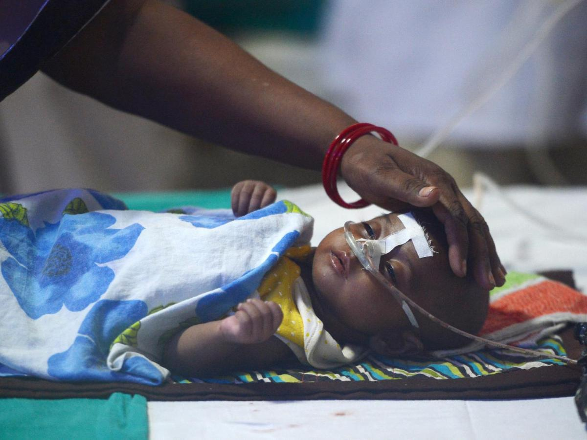 An Indian woman looks after her child at the encephalitis ward of the Baba Raghav Das Hospital in Gorakhpur, in the north Indian state of Uttar Pradesh. At least 70 children have died in recent weeks from a fever yet to be diagnosed. Photo: AFP / Sanjay Kanojia