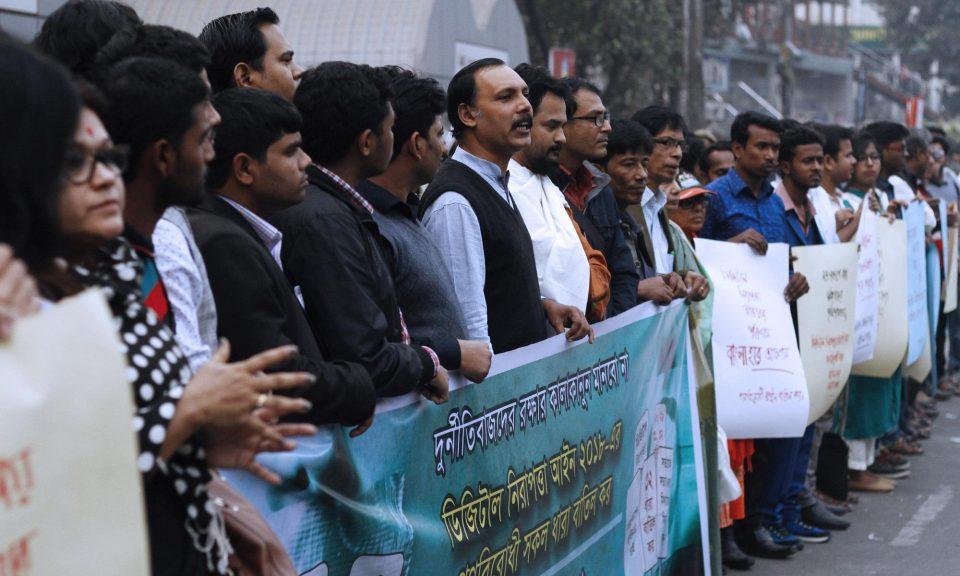今年2月,孟加拉的社運人士在達卡抗議通過《數碼保安法案》,他們高舉著標語牌和橫額。相片:AFP / Rehman Asad