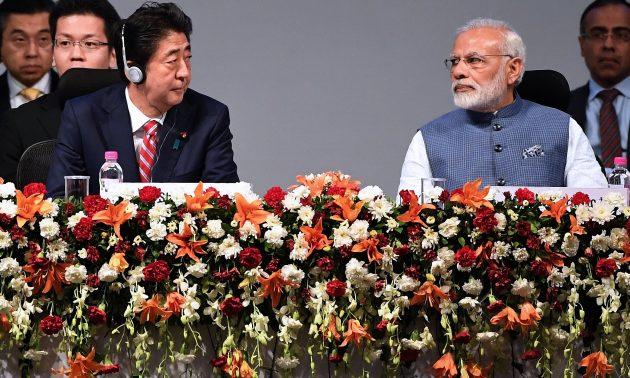 日本首相安倍晉三(左)和印度總理莫迪於2017年9月14日在印度 - 日本年度峰會上聽取講者的發言。相片:AFP / Prakash Singh
