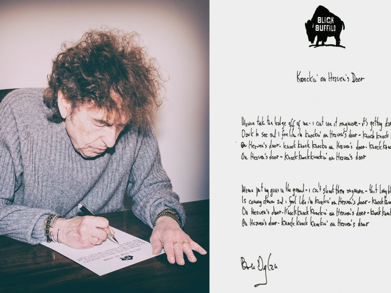 Bob Dylan creating his Mondo Scripto exhibition and the lyrics to Knockin on Heaven's Door, 2018Photos: Courtesy of Halcyon Gallery