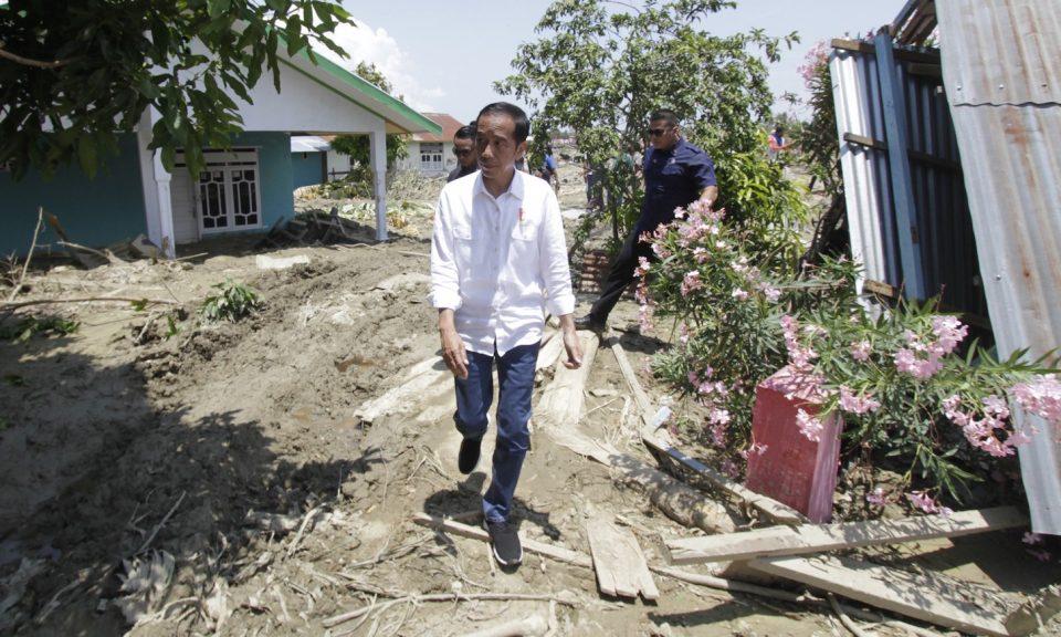 印尼總統維多多於2018年10月3日到訪位於印尼中蘇拉威西省帕盧貝托波(Petobo)視察地震災區。相片:Anadolu Agency via AFP / Eko Siswono Toyudho