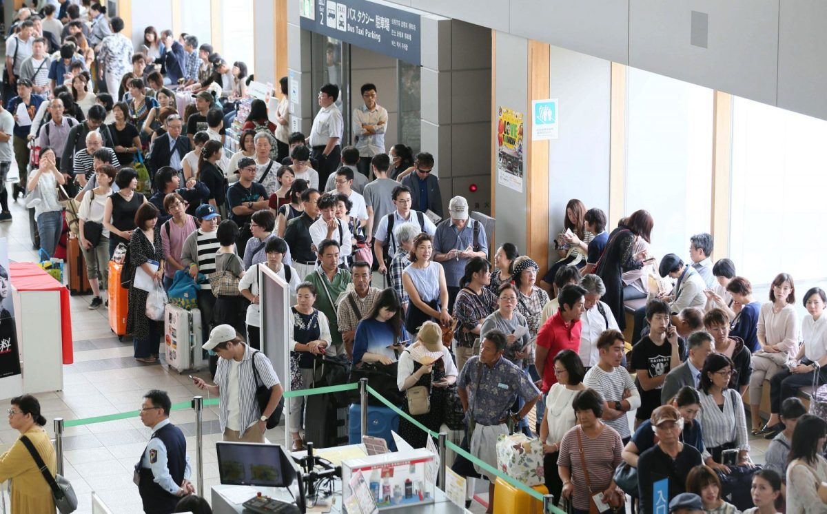 Asahikawa Airport is crowded with passengers after a huge earthquake. Photo: AFP/The Yomiuri Shimbun