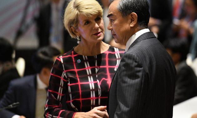 中國外交部長王毅(右)於2018年8月4日與澳洲時任外交部長畢曉普私下交談。相片:AFP / Roslan Rahman