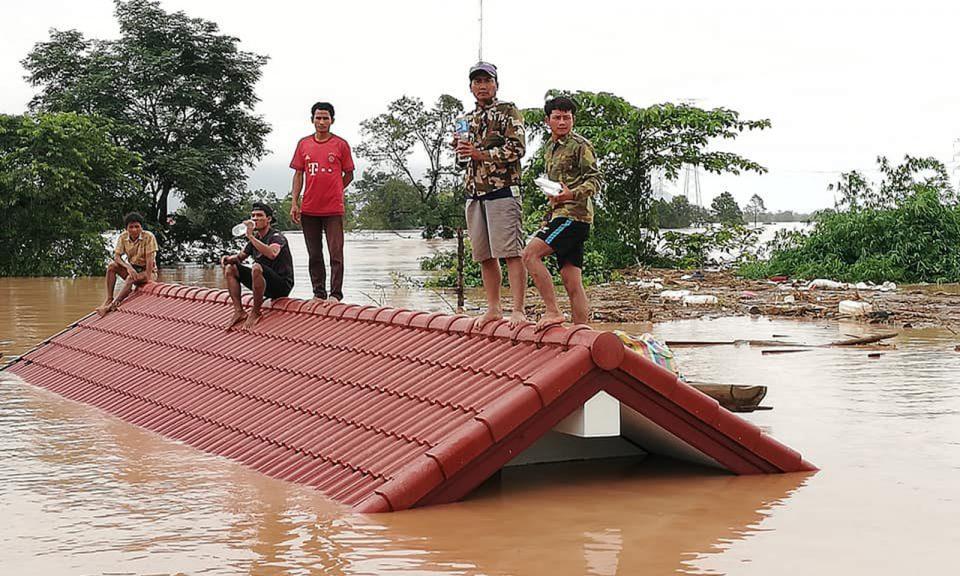 7月23日,在一座大壩倒塌後,阿速坡省(Attapeu)的居民被洪水圍困在屋頂上 。相片:AFP / Attapeu Today