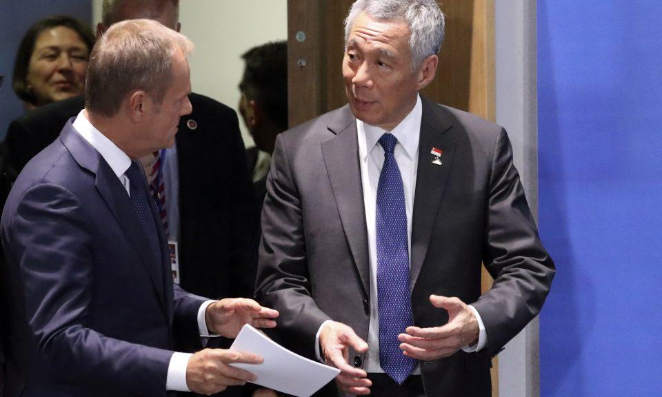 2018年10月19日,新加坡總理李顯龍(右)與歐洲理事會主席圖斯克(Donald Tusk)一起到場參加在布魯塞爾舉行的亞歐會議。相片:AFP / Olivier Hoslet
