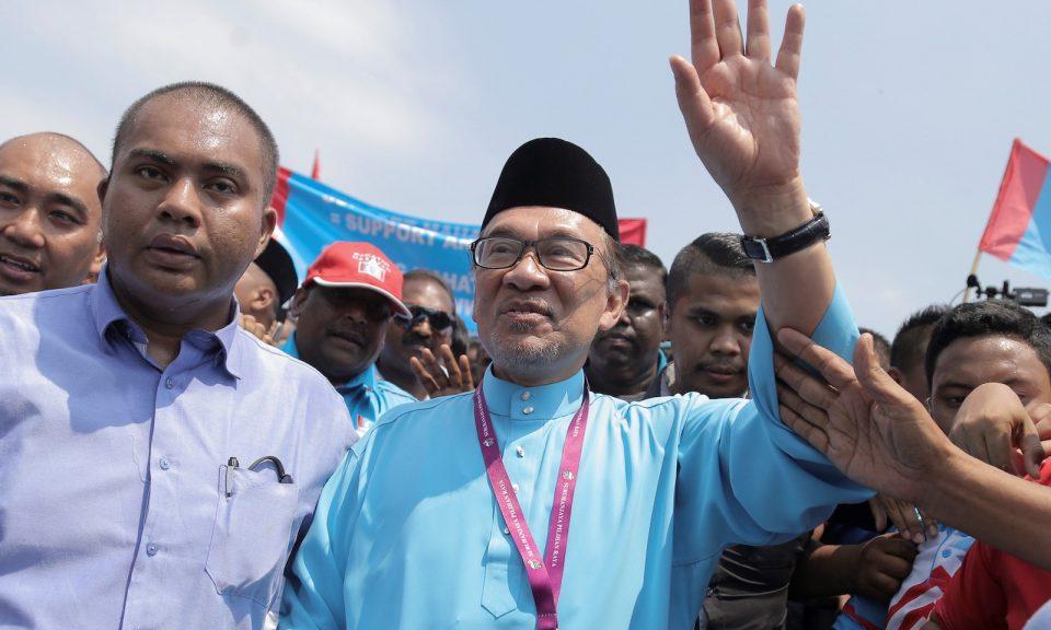 安華(中)於2018年9月29日在馬來西亞森美蘭州狄克森港的補選提名中心提交文件後與支持者會面。相片:Andalou Agency via AFP / Adli Ghazali