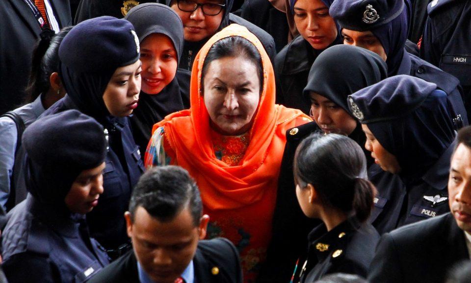 馬來西亞前總理納吉布的妻子羅斯瑪(中),於2018年10月4日抵達吉隆坡高等法院。相片:Anadolu Agency via AFP Forum / Adli Ghazali