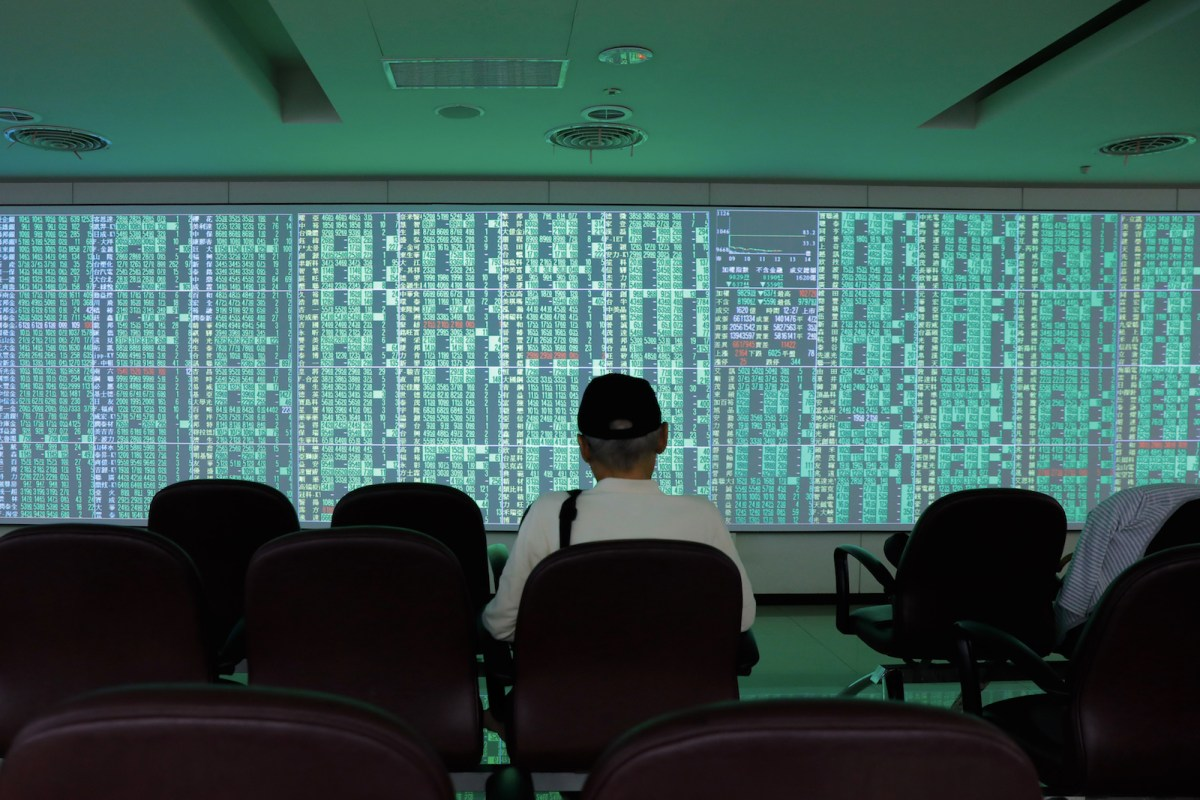 An investor looks at a wall of monitors showing a sea of green as share prices plunge in Taiwan. Photo: AFP / Daniel Shih