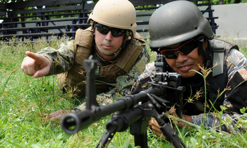 2013年6月28日,一名美國海軍(左)在馬尼拉甲美地省(Cavite)桑格里角(Sangley Point)的菲國海軍基地演習期間向菲律賓海軍提供指引。相片:AFP / Ted Aljibe