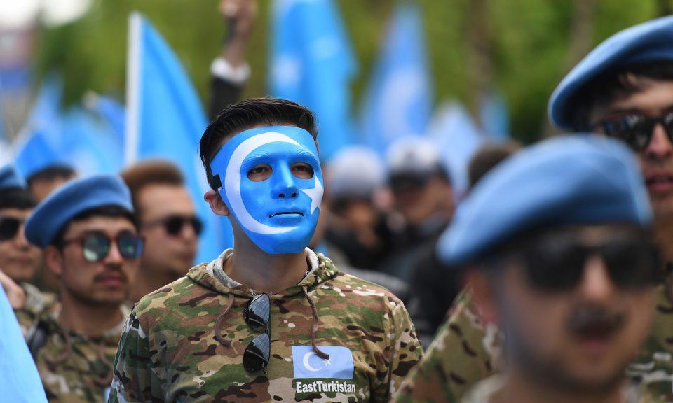 2018年4月27日,維吾爾族在布魯塞爾舉行抗議遊行,要求歐盟呼籲中國尊重中國新疆地區的人權,並關閉一些拘留維吾爾人的「再教育中心」。相片:AFP / Emmanuel Dunand
