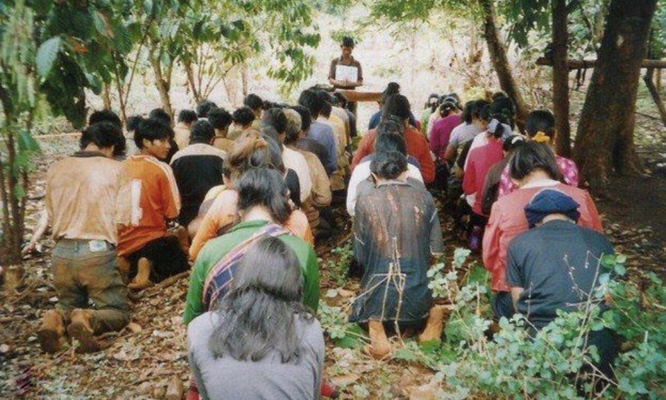高地族基督徒在越南一個森林裡的臨時教會祈禱。相片:Facebook / Campaign to End Torture in Vietnam