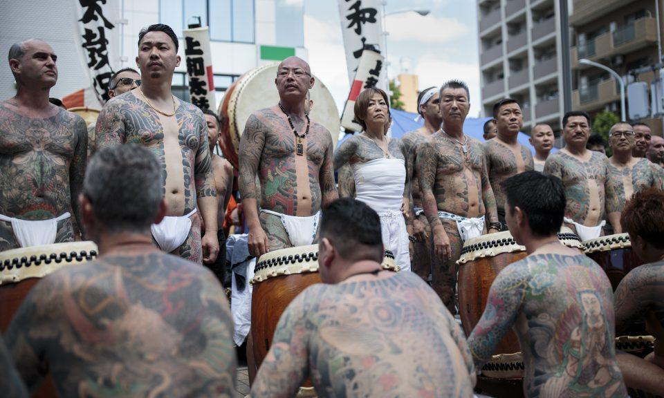 2018年5月20日,黑幫成員在東京淺草區一年一度舉行的三社祭(Sanja Matsuri festival)上展示身上的傳統日本紋身。相片:AFP / Behrouz Mehri