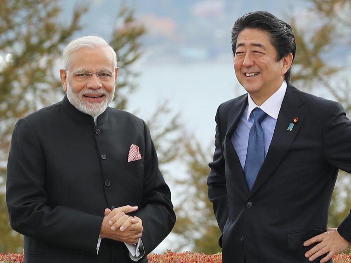 Indian Prime Minister Narendra Modi and Japanese Prime Minister Shinzo Abe walk through a garden before lunch in Yamanakako village, Yamanashi prefecture, on October 28, 2018. Photo: The Yomiuri Shimbun