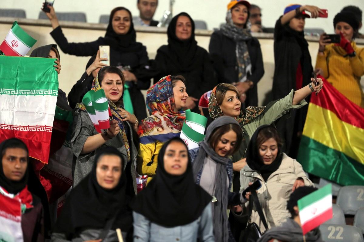 إيرانيات تلتقطن صورة «سيلفي» أثناء المباراة الودية بين إيران وبوليفيا في استاد أزادي بطهران في 16 أكتوبر/تشرين الأول 2018. صورة: Stringer / AFP