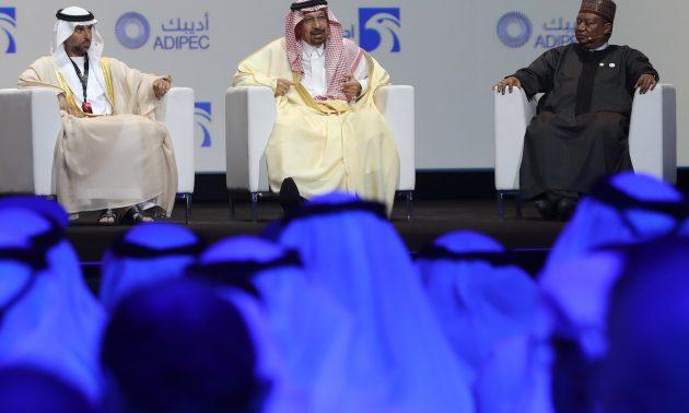 阿聯酋能源部長Suhail Mohammed Faraj al-Mazroui(左)、沙特能源部長法里(中)和OPEC秘書長巴爾金多(Mohammed Barkindo)於2018年11月12日在阿聯酋首都參加阿布扎比國際石油展覽會(ADIPEC) 。相片:Karim Sahib / AFP